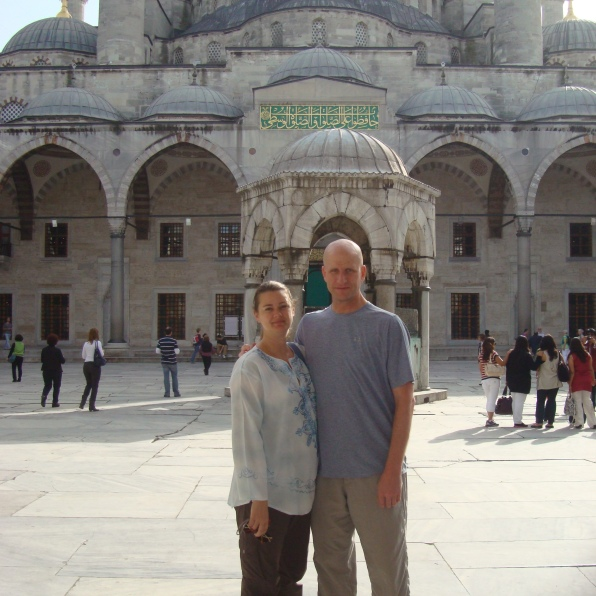 couple in front of blue mosque turkey istanbul